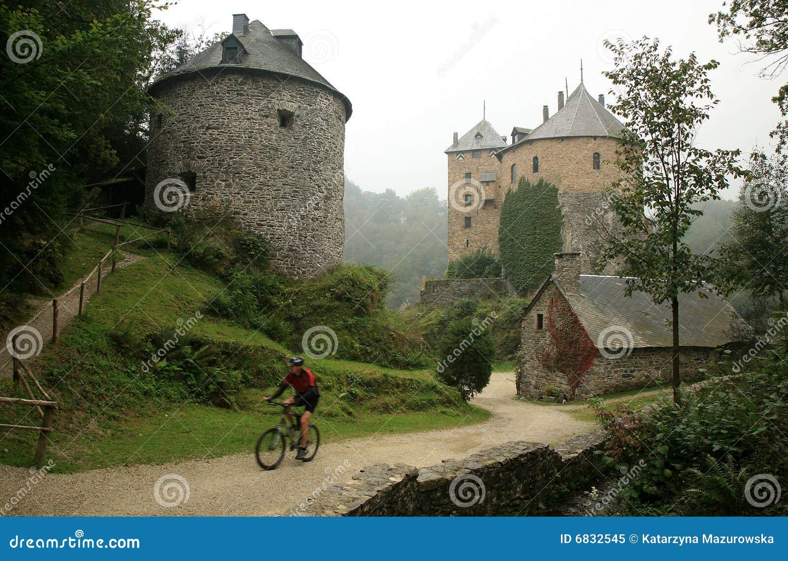 Castelo velho na montanha de Ardennes - Bélgica.