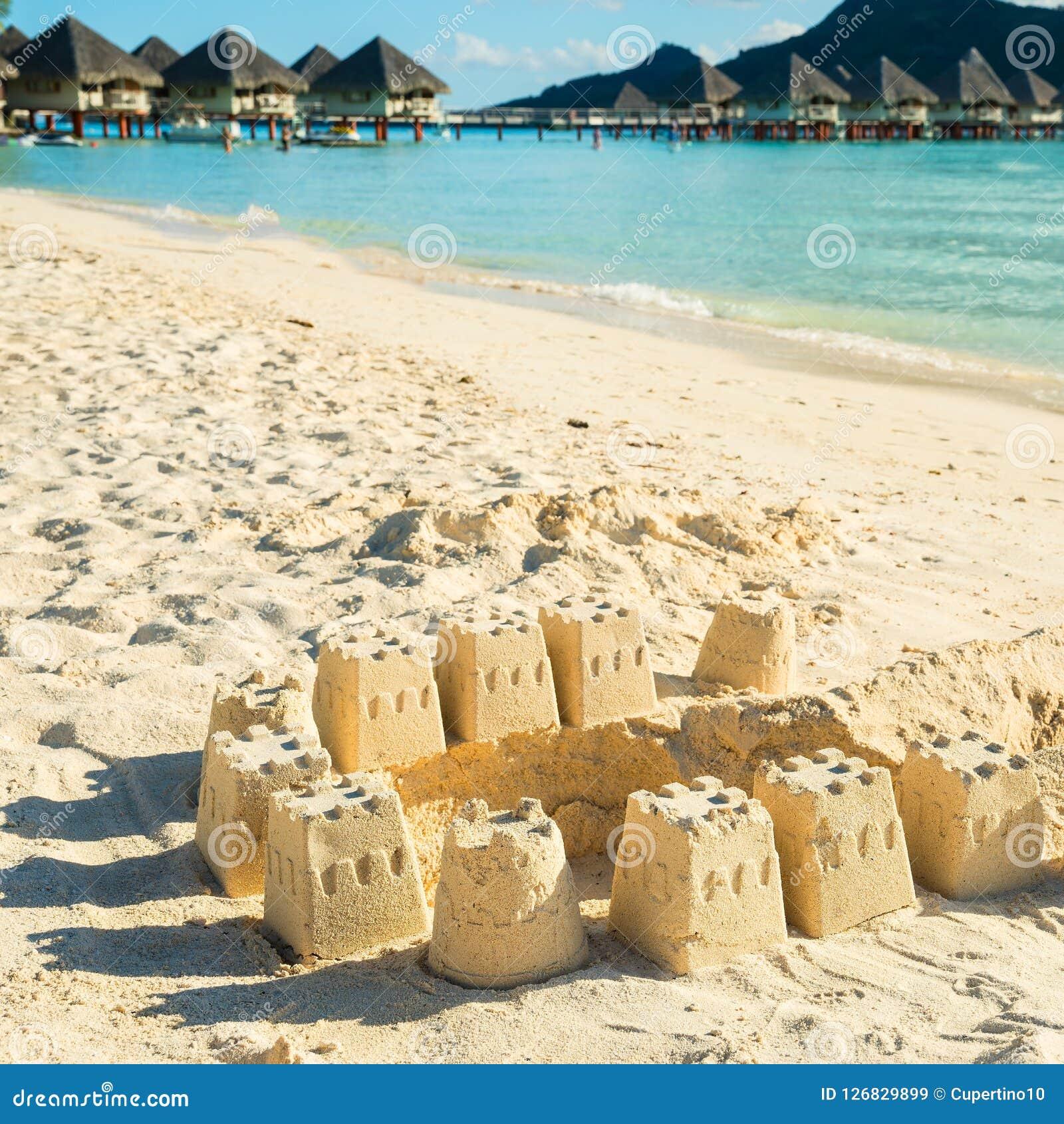 Castelos da areia na praia