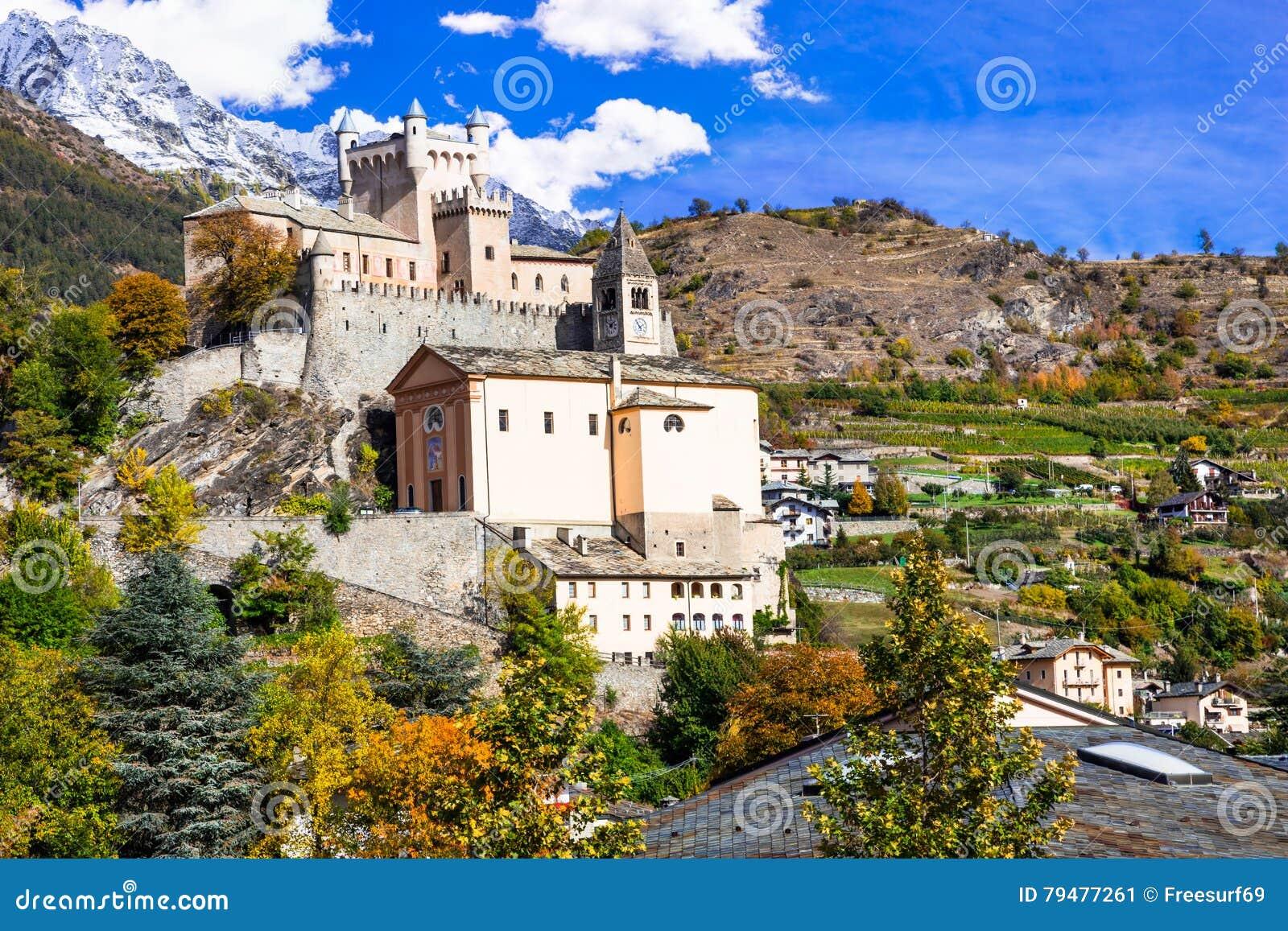 Castelos surpreendentes do d& x27 de Valle; Saint Pierre de Aosta-, Itália do norte