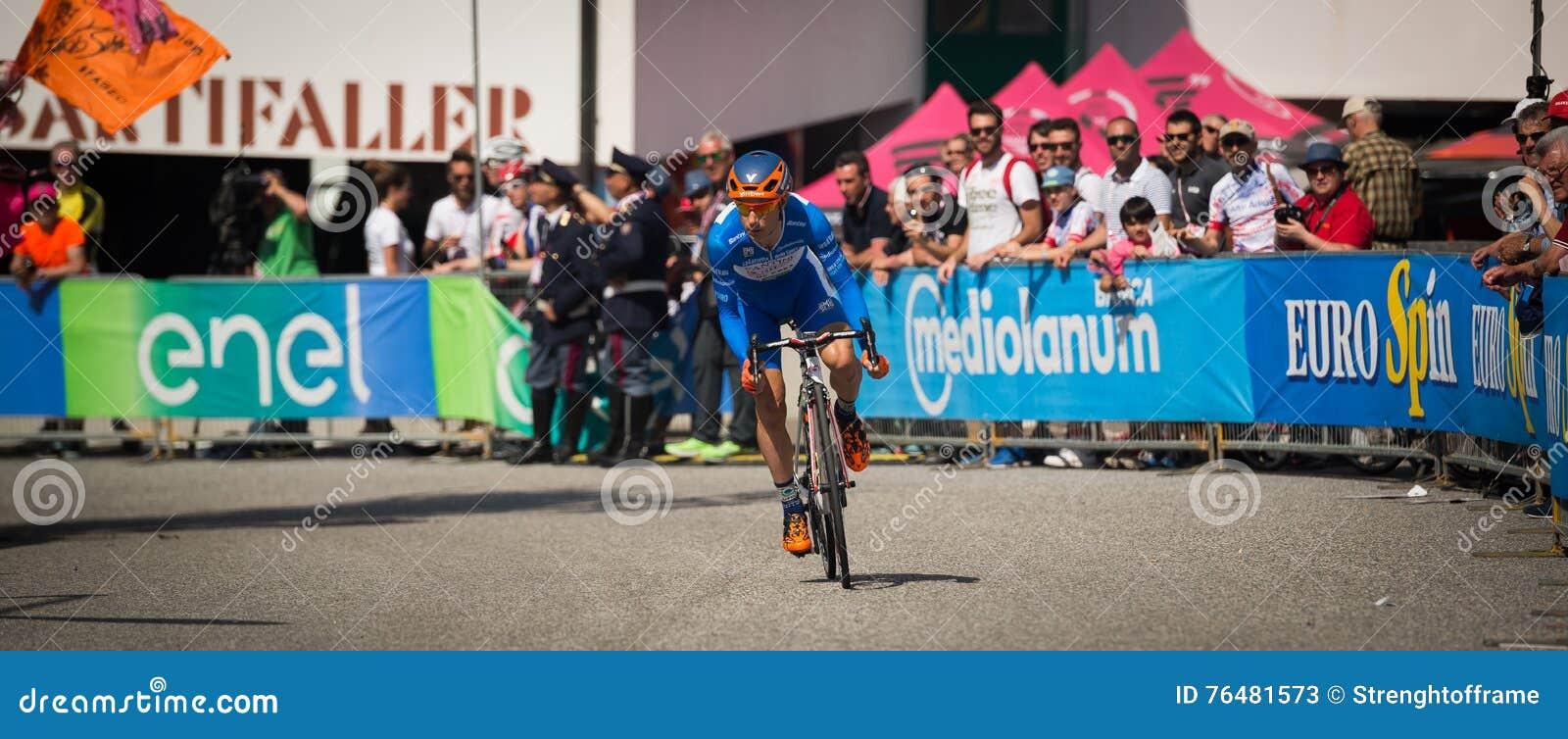 Castelrotto, Italia 22 maggio 2016; Ciclista professionista durante la salita di prova di difficoltà
