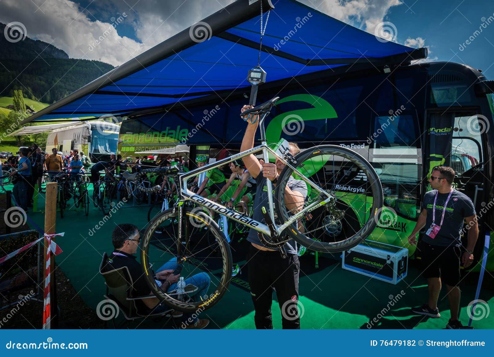 Castelrotto, Italie le 22 mai 2016 ; Dernier contrôle de l équipe de Cannondale de vélo avant une montée d essai de difficulté,