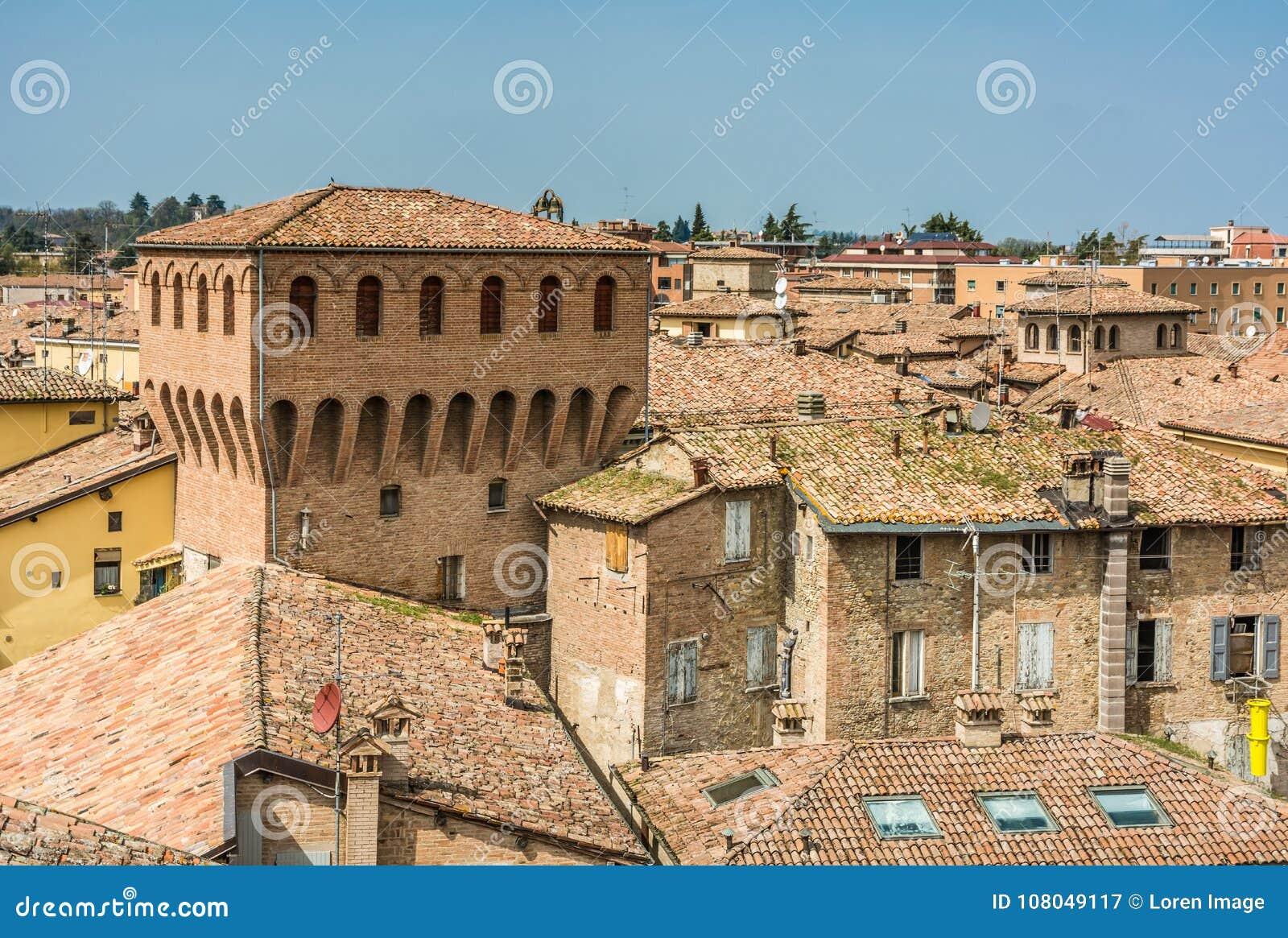 Castelvetro di Modena, Italien Beskåda av staden Castelvetro har ett pittoreskt utseende, med en profil som karakteriseras av eme