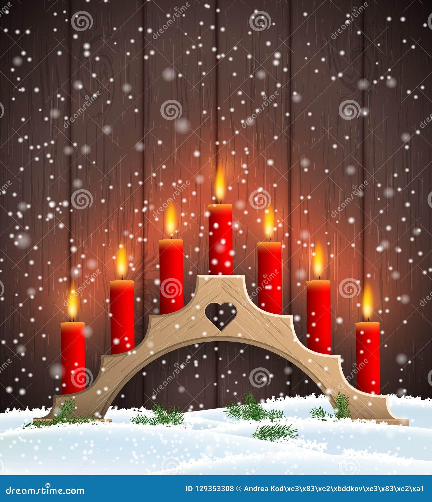Castiçal de madeira do Natal tradicional com velas vermelhas