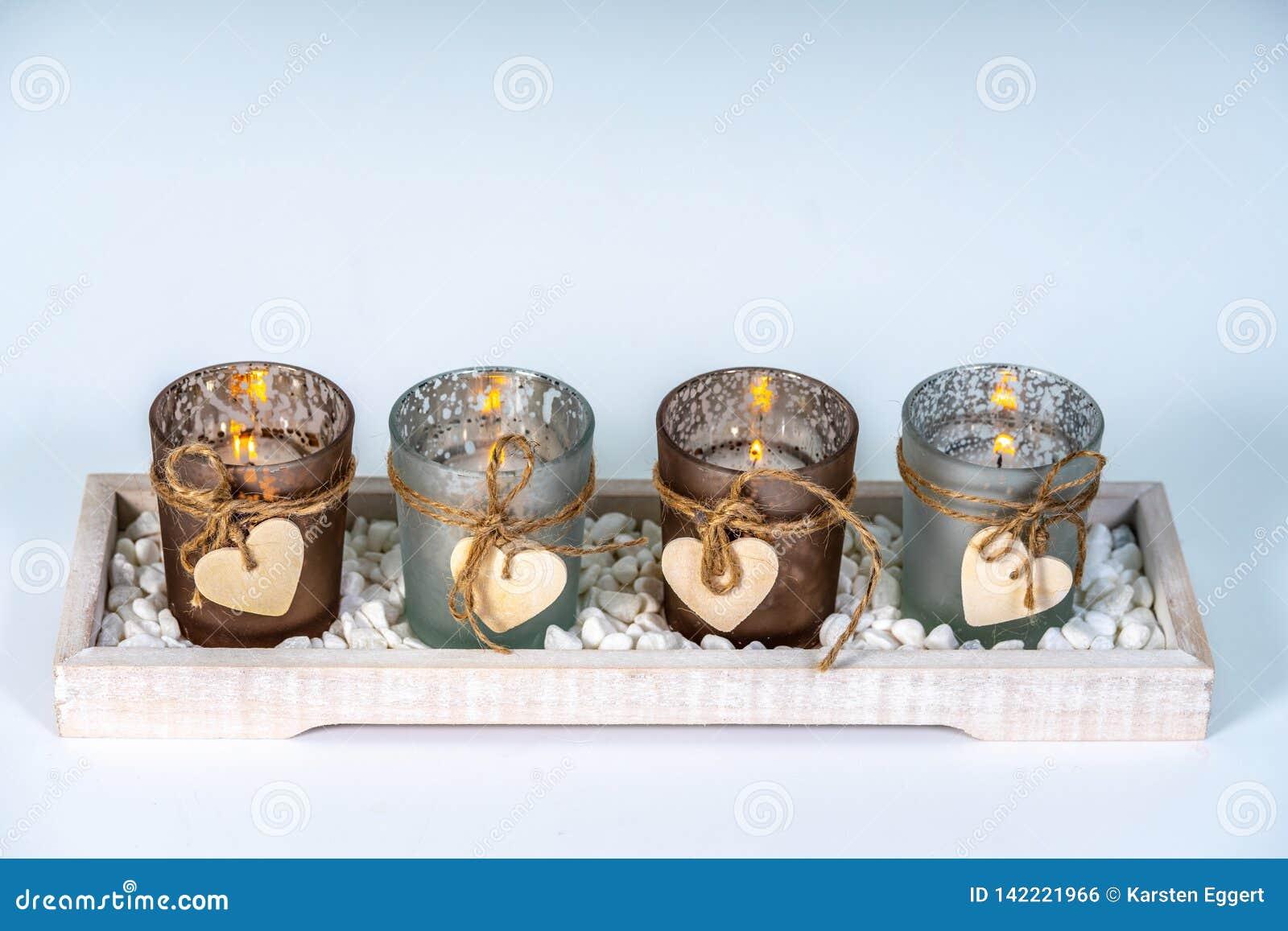 4 castiçal decorados com um coração