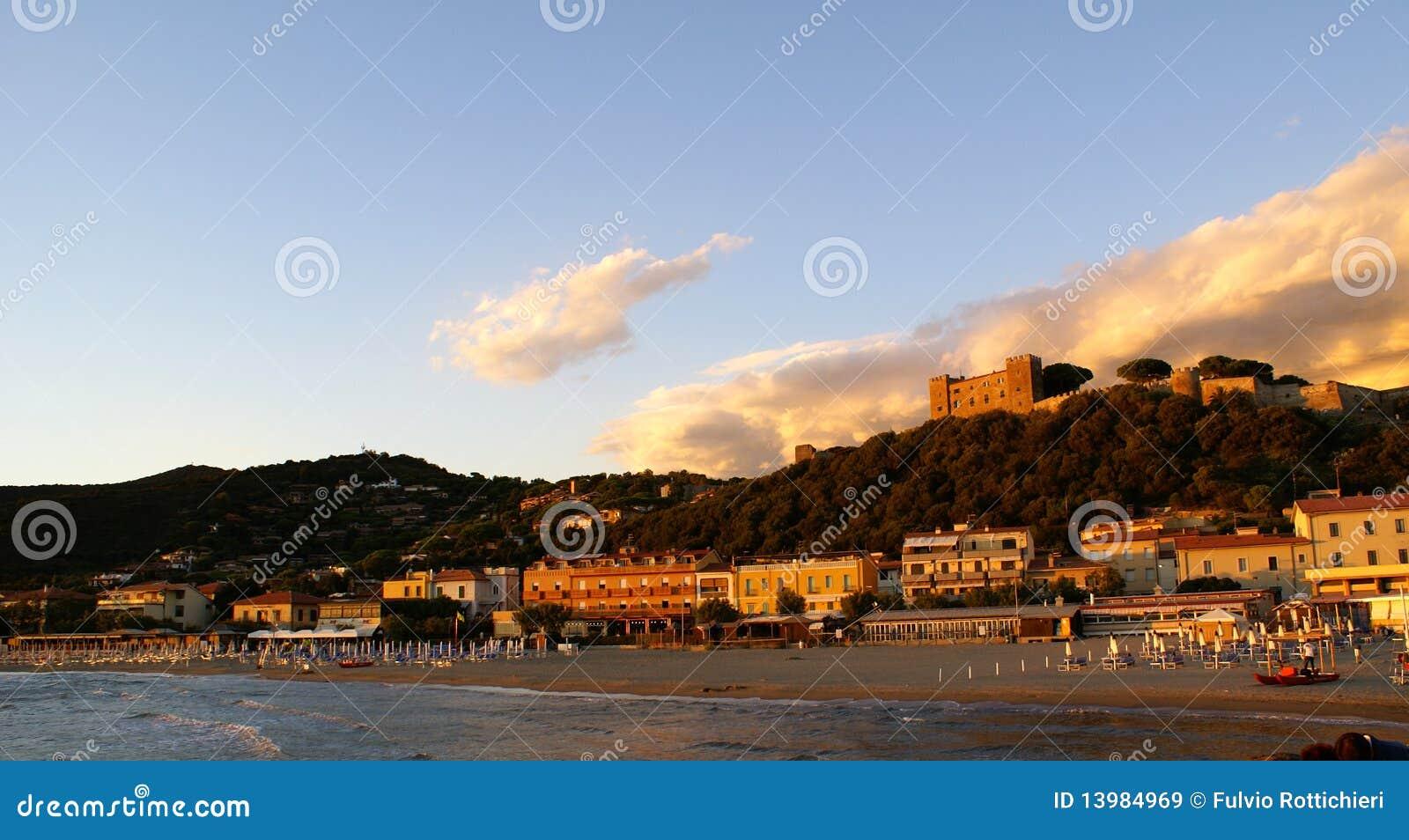 Castiglione y su castillo en la colina