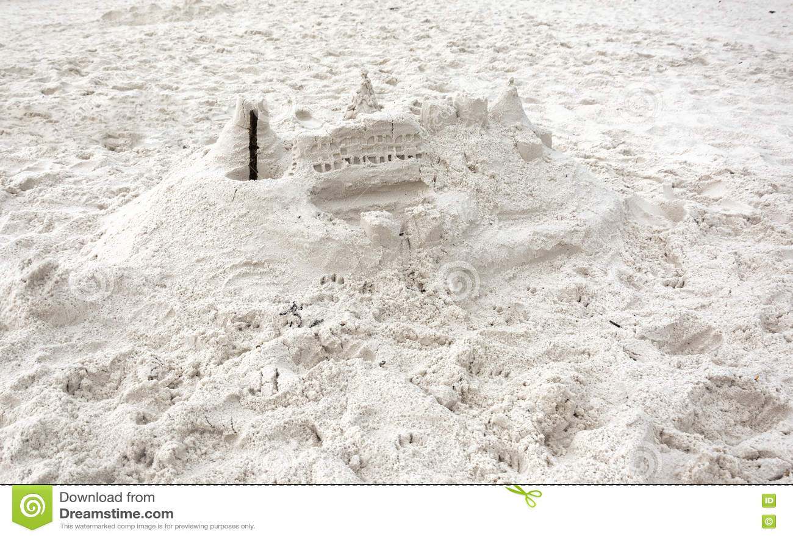 Castillo aficionado de la arena en la playa blanca