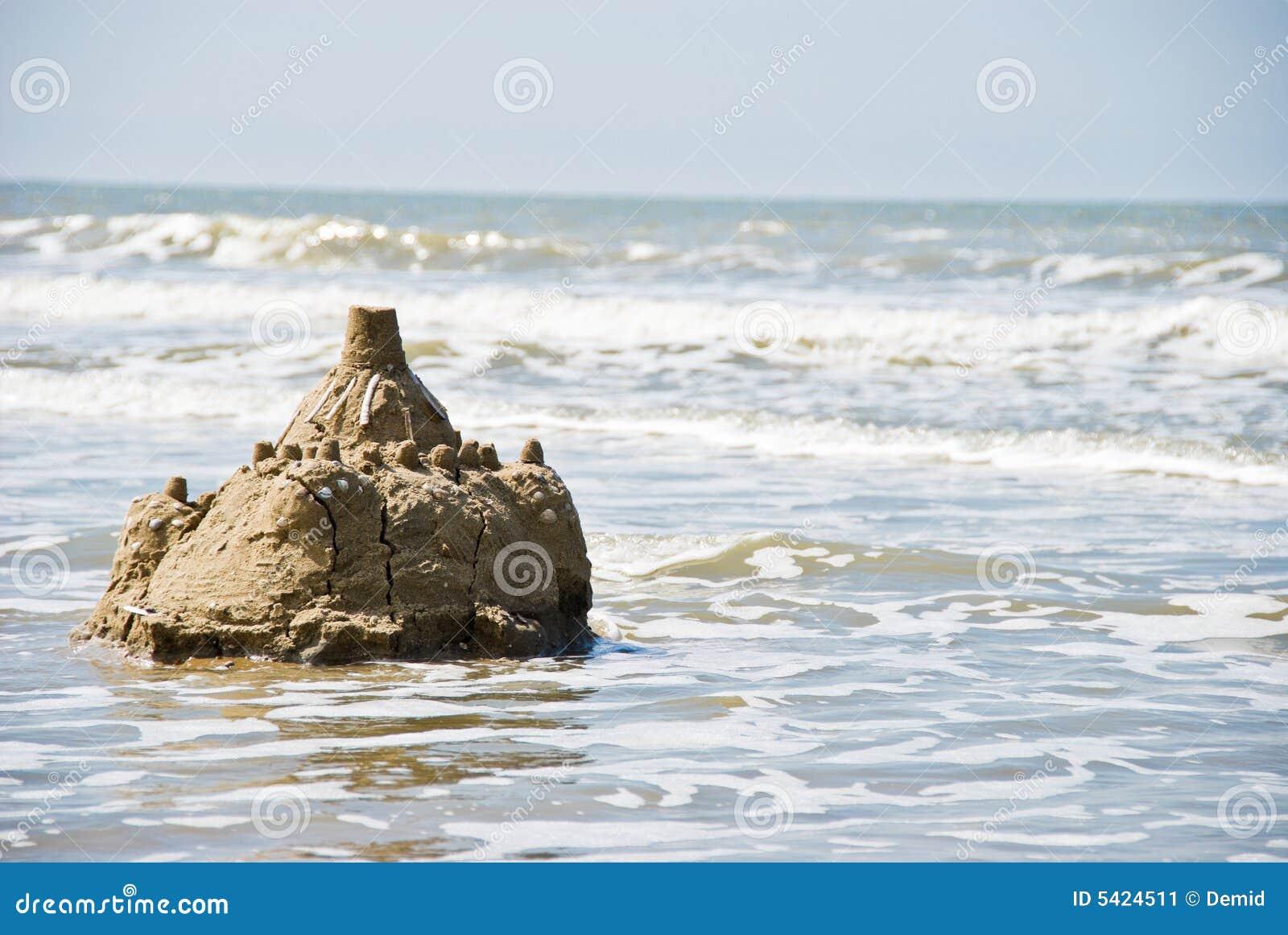 Castillo de arena en la playa imagen de archivo imagen for Arena de playa precio