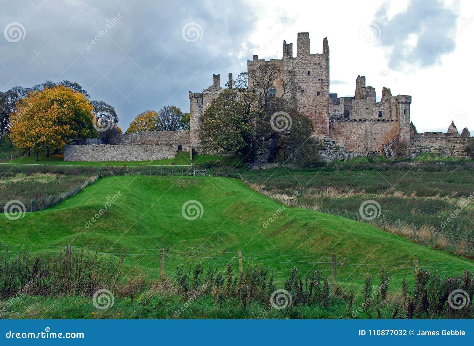Castillo de Craigmillar un castillo medieval arruinado construido en el siglo XIV