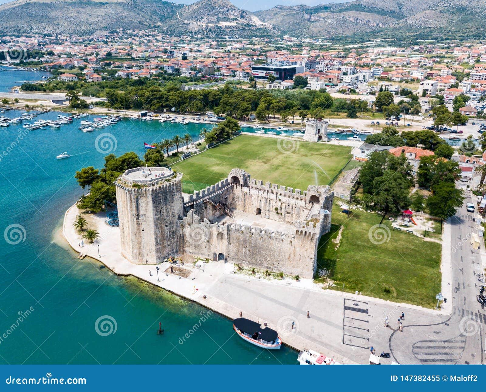Castillo de Kamerlengo de la piedra, paredes medievales de la ciudad y puerto deportivo de los yates Vista aérea de Trogir viejo