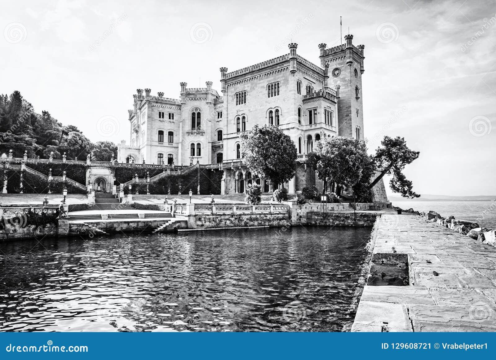 Castillo de Miramare cerca de Trieste, Italia, descolorida