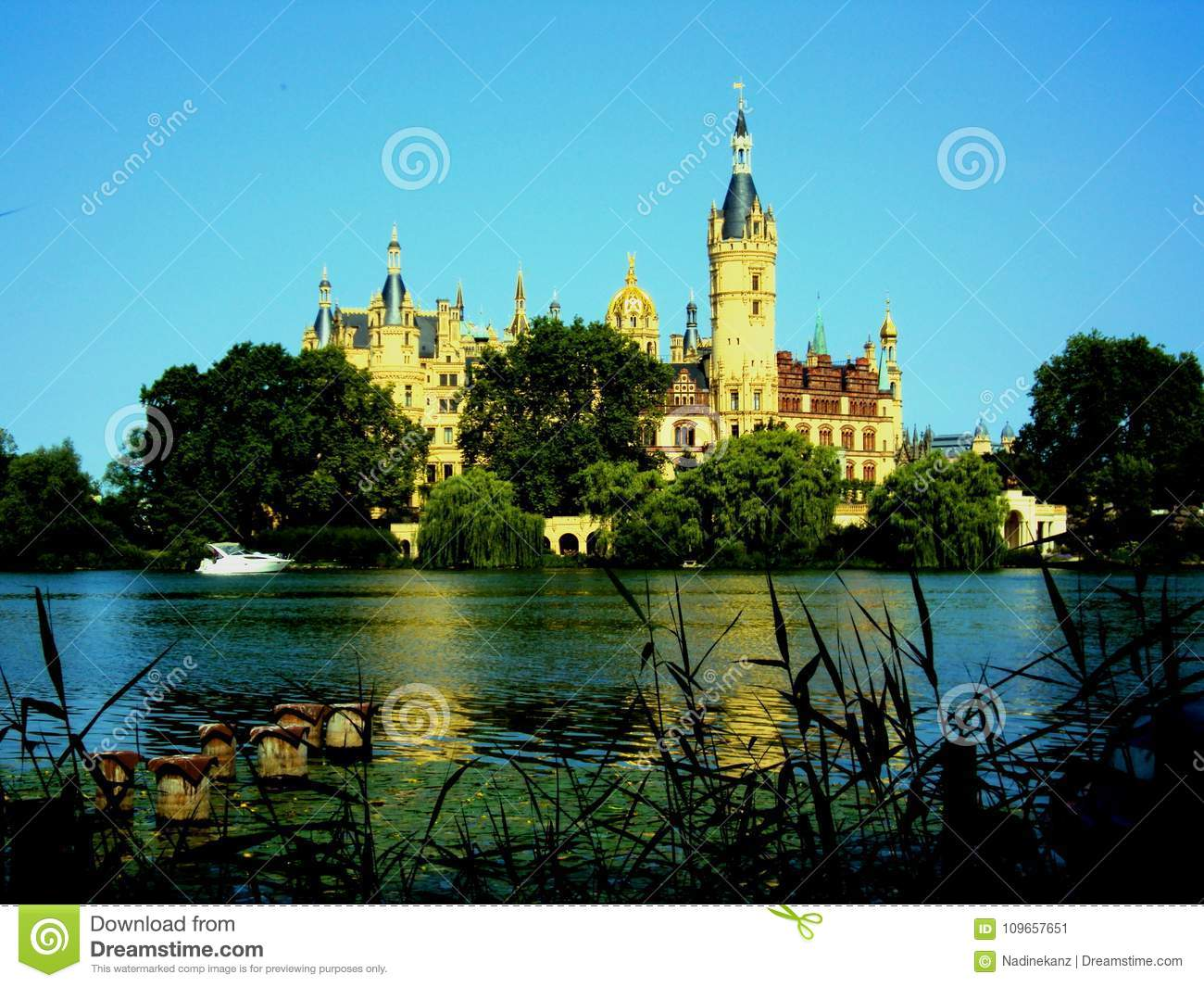 Castillo de Schwerin con el lago en frente en Mecklemburgo-Pomerania Occidental, Alemania