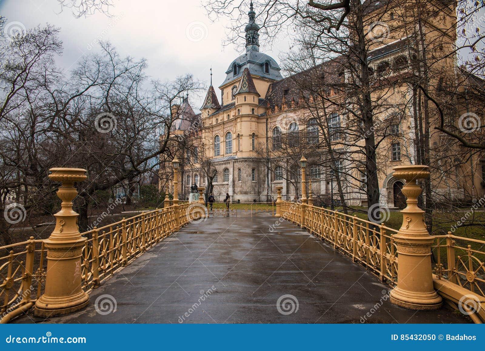 Castillo de Vajdahunyad en Budapest en otoño
