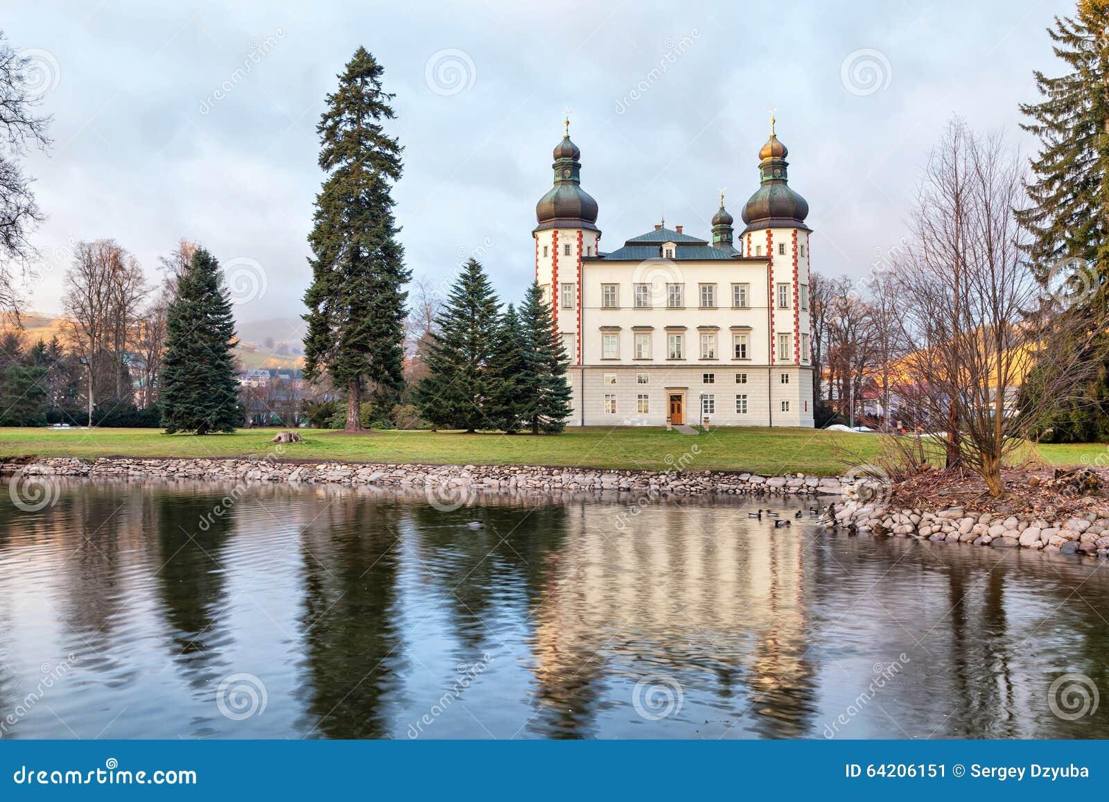 Castillo de Vrchlabi que refleja en la charca