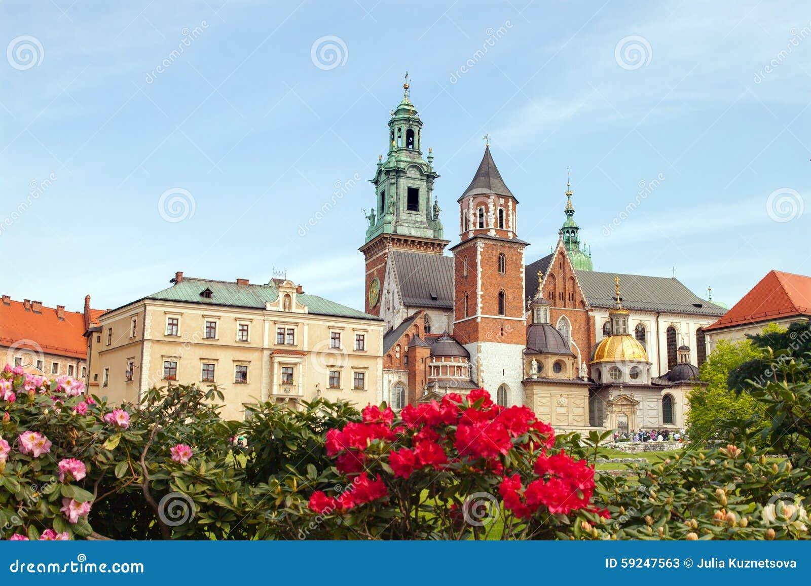 Castillo de Wawel con las flores