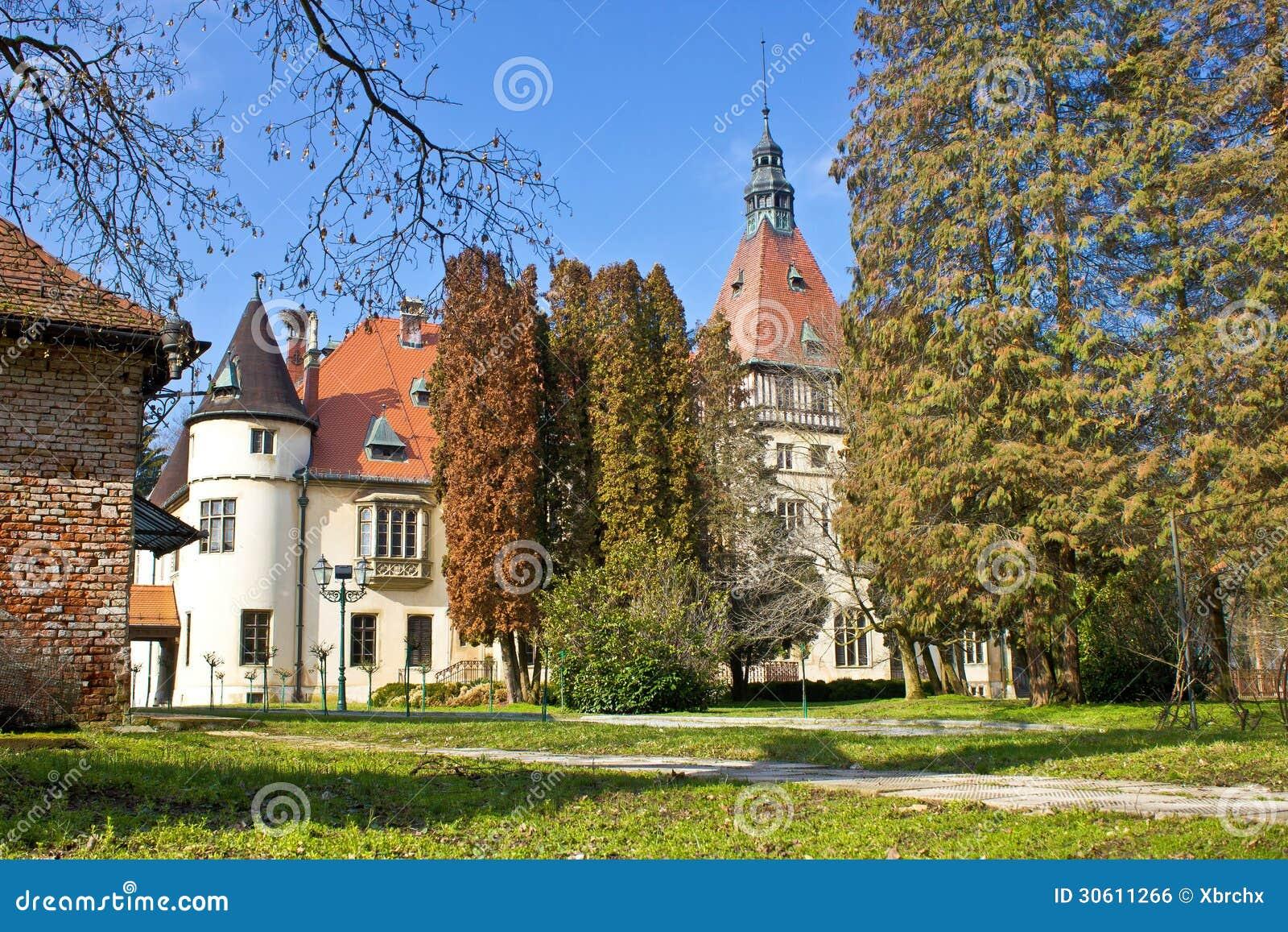 Castillo Donji Miholjac en naturaleza verde