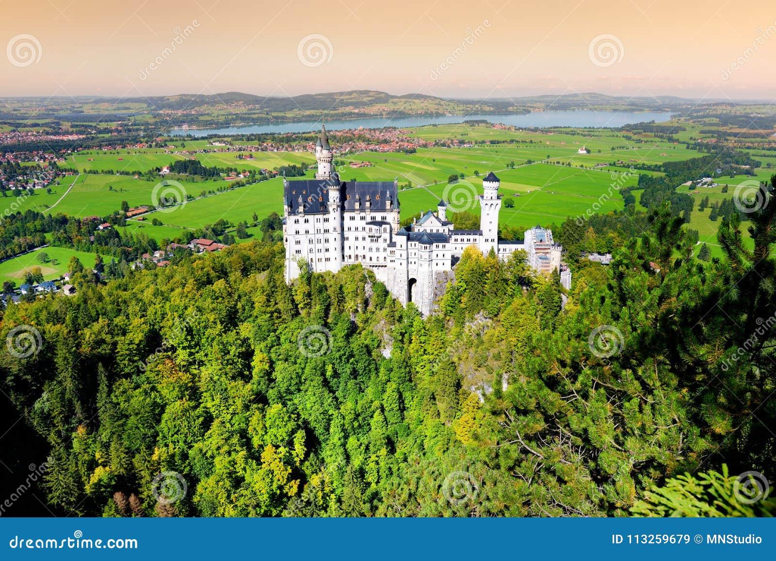 Castillo famoso de Neuschwanstein, palacio Románico del siglo XIX del renacimiento en una colina rugosa sobre el pueblo de Hohens