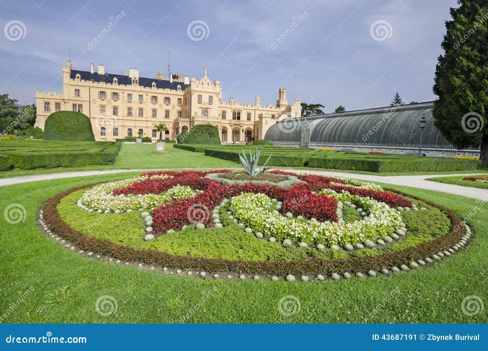 Castillo franc s de lednice con el jard n franc s del for Jardin frances