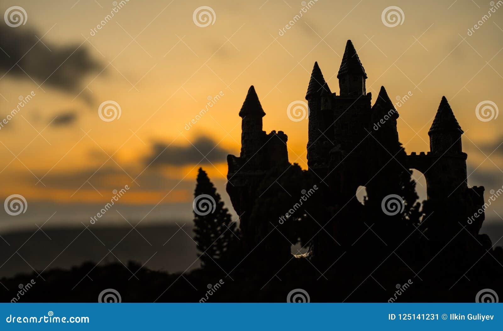 Castillo medieval misterioso en la puesta del sol Castillo viejo abandonado del estilo gótico en la tarde