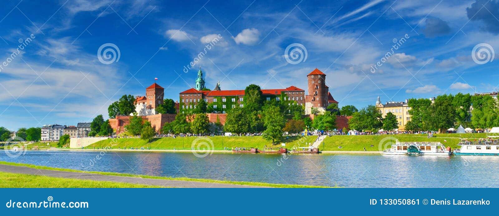 Castillo medieval Wawel en el alto verano, Kraków, Polonia