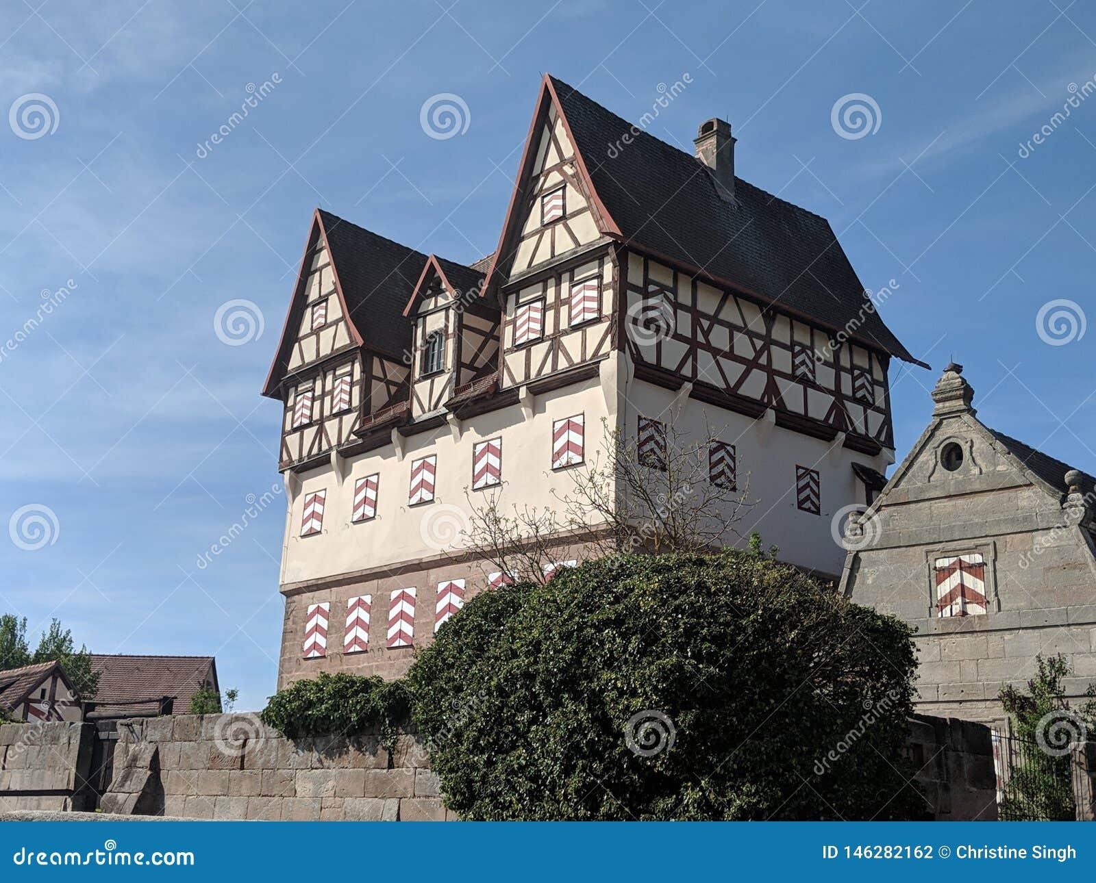 Castillo viejo Halftimbered en pueblo