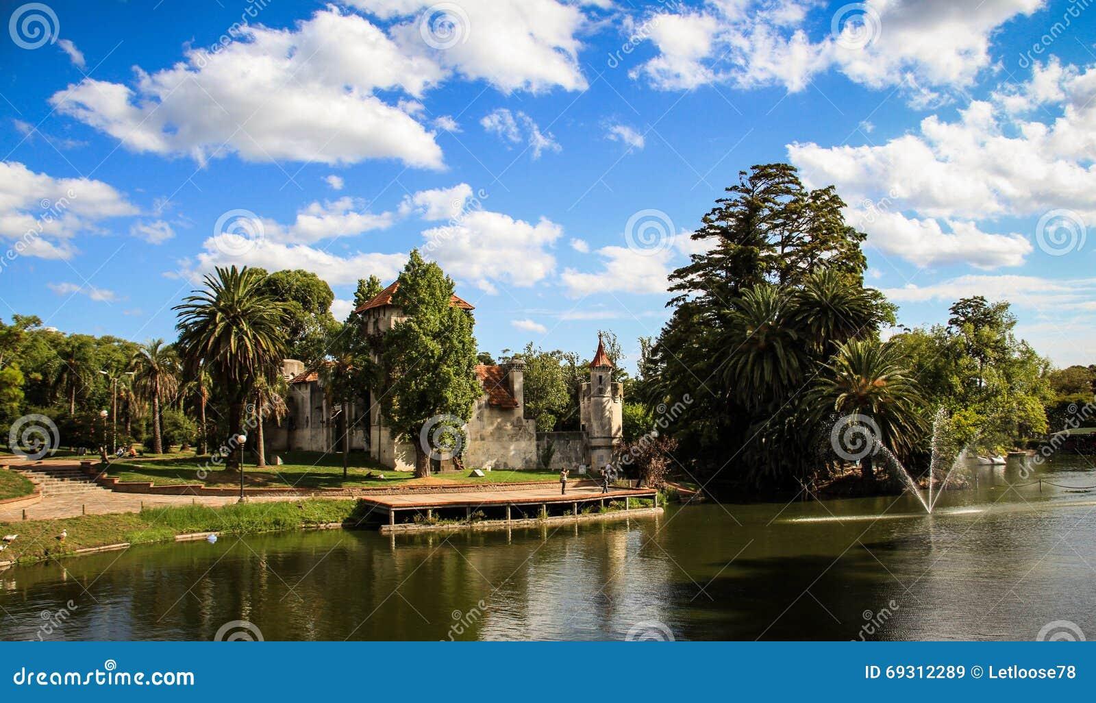Castillo y lago del parque de Rodo, Montevideo, Uruguay