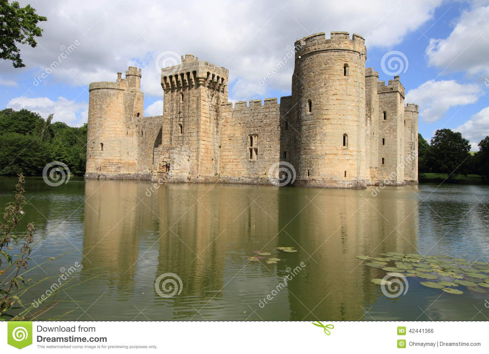 Castillo y lago hermosos de Bodiam