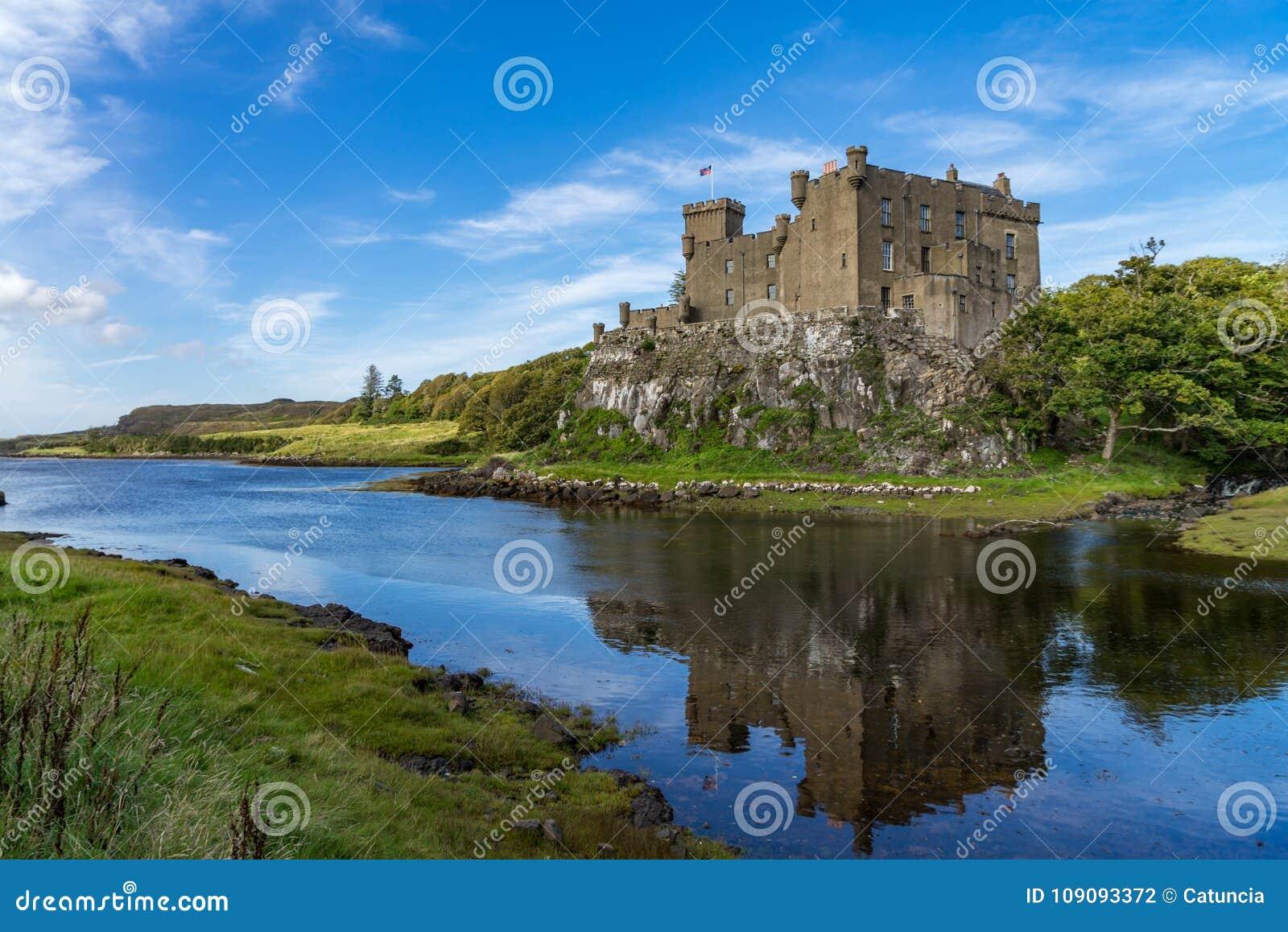 Castillo y puerto de Dunvegan en la isla de Skye, Escocia