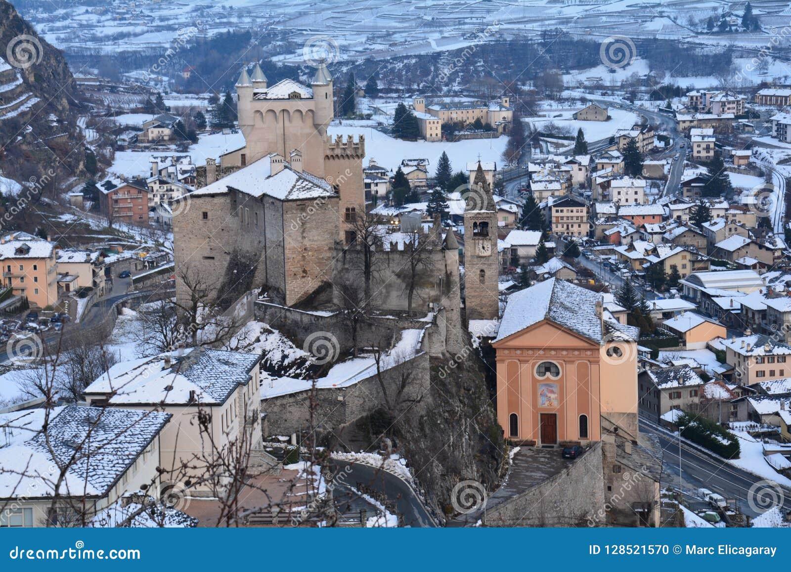 Castillos del valle de Aoste en Italia en invierno