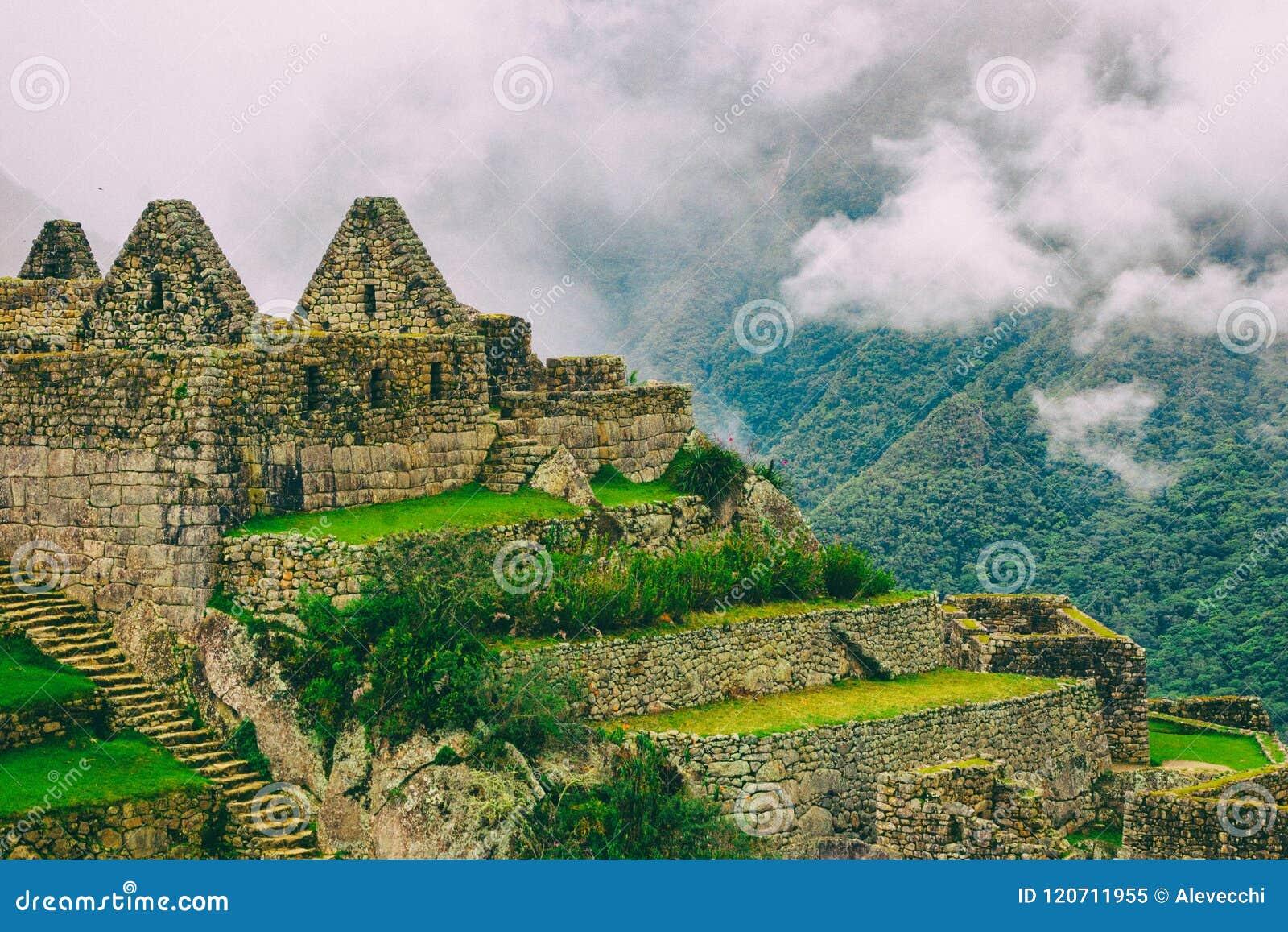 Castillos Perdidos Encima De Una Montaña Imagen De Archivo