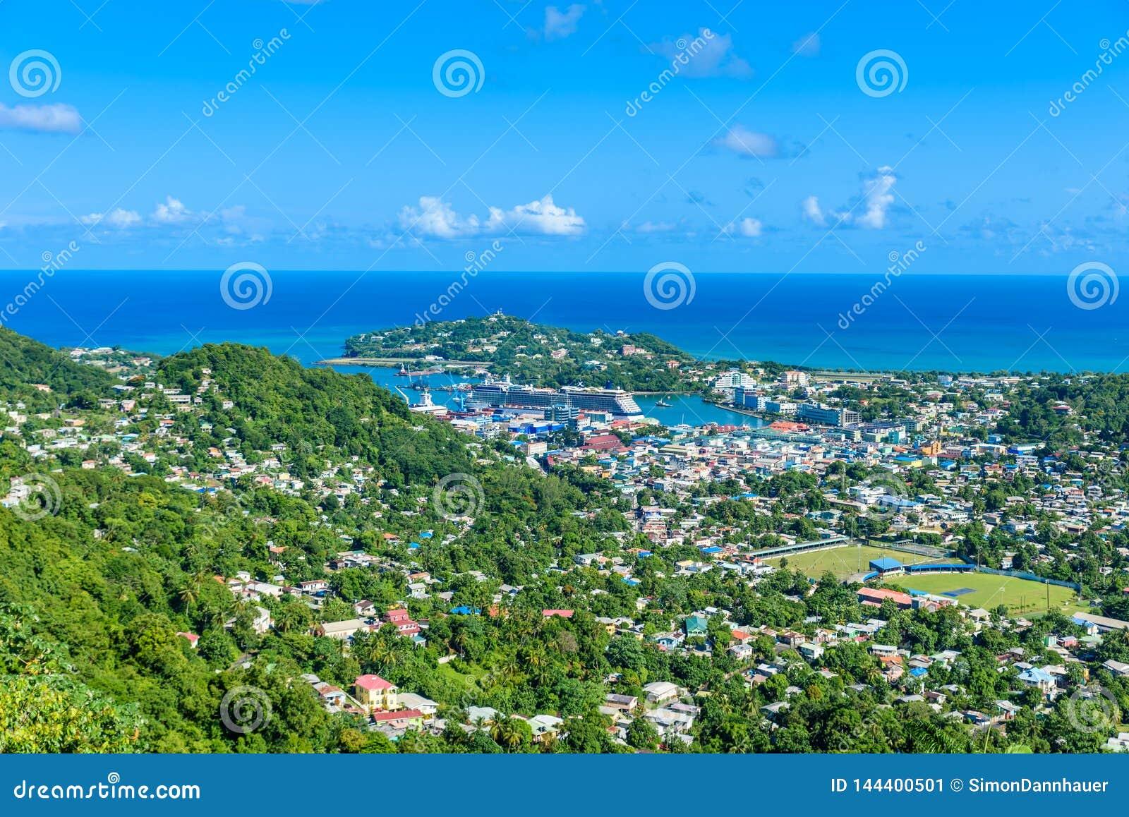 Castries, Santa Luc?a - playa tropical de la costa en la isla caribe?a de St Lucia Es un destino del para?so con una arena blanca