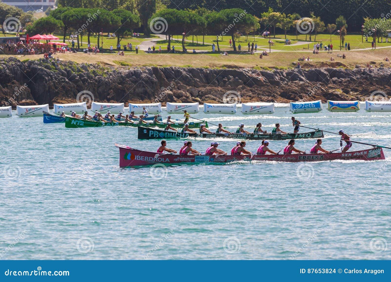 CASTRO URDIALES, ESPANHA - 21 DE AGOSTO: Começo da competição, com os barcos de San Juan, de Kaiku, de Hondarribia e de Urdaibai