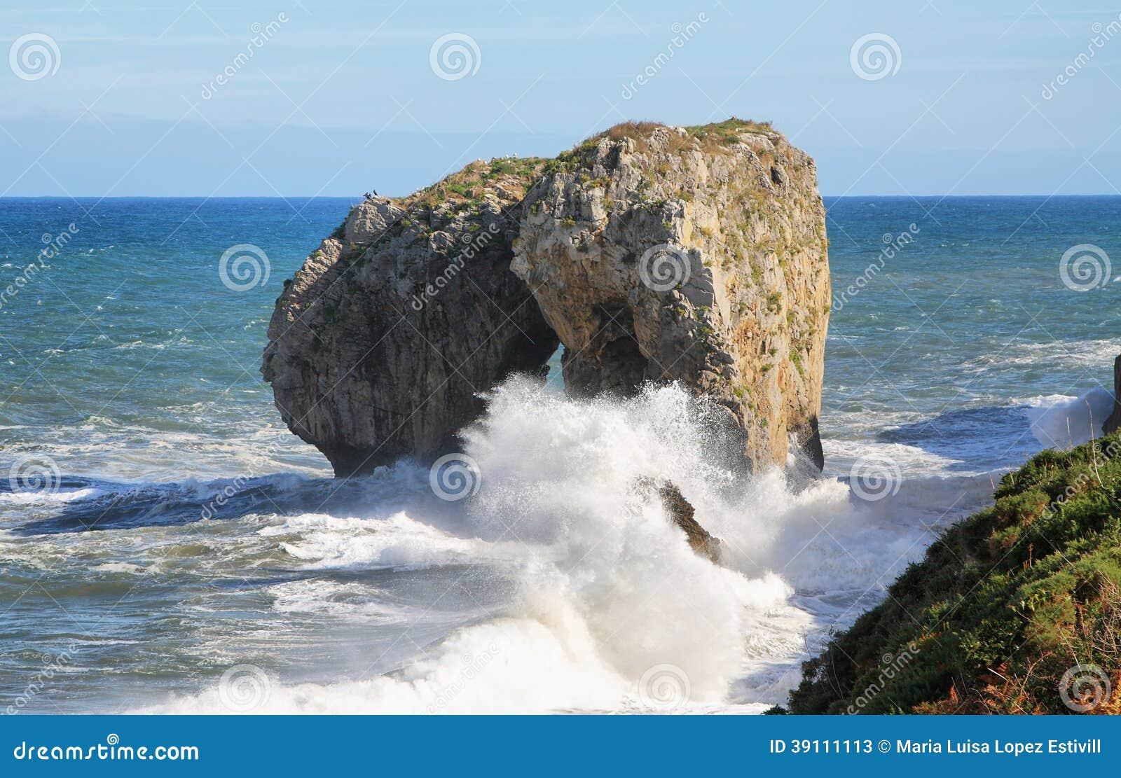 Castroeilandje in Andrin-strand, Llanes (Asturias)