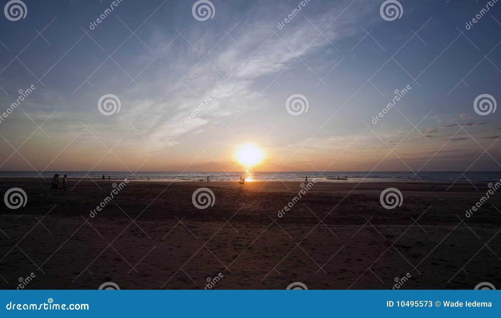Casuarina darwin de plage appréciant le coucher du soleil de gens