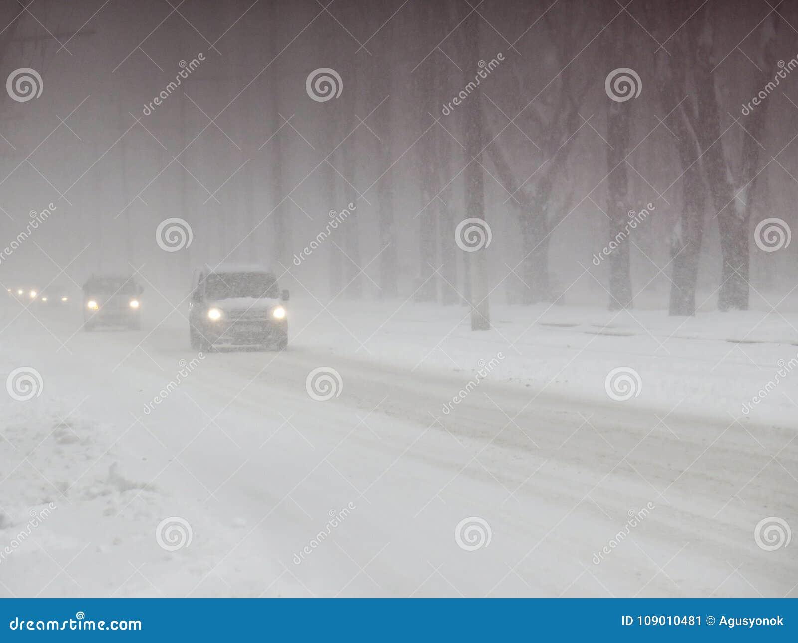 Catástrofes naturais nublado inverno, blizzard, estradas paralizadas nevadas fortes do carro da cidade, colapso Ciclone coberto d