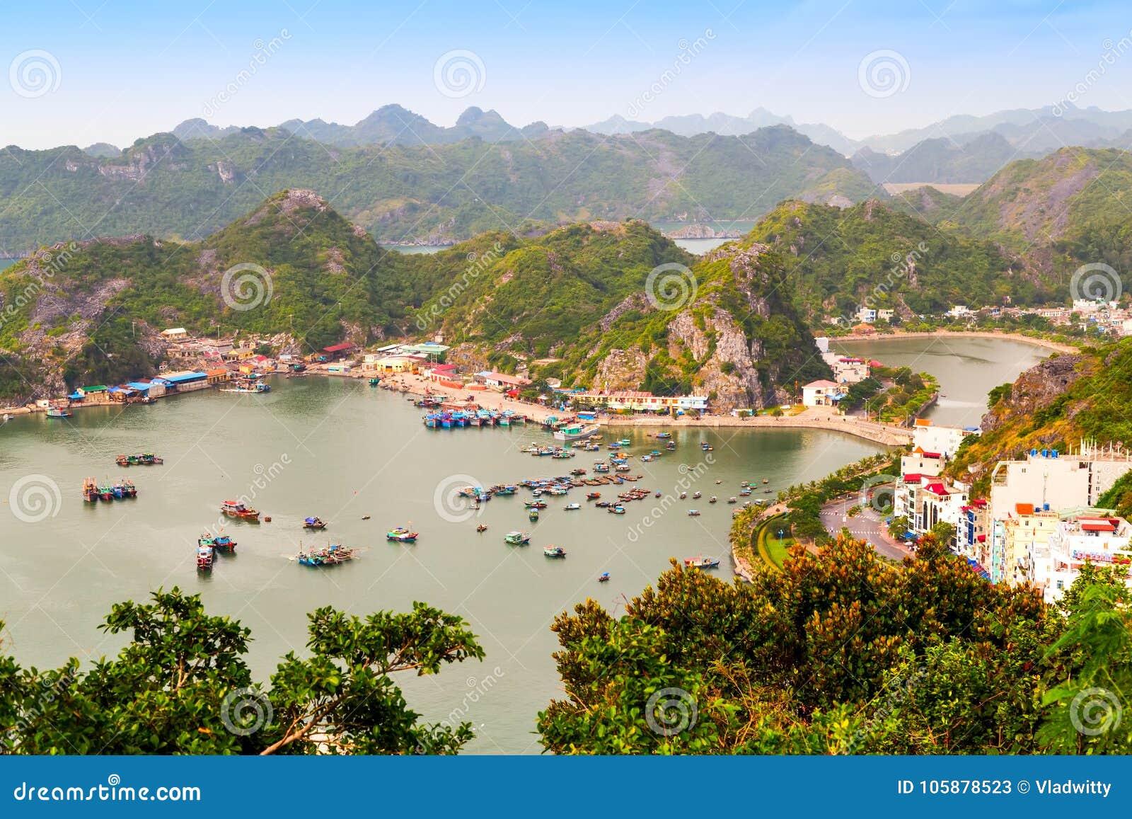 Cat Ba Katba Island, vietnamesische Boote und sich hin- und herbewegendes Dorf nahe