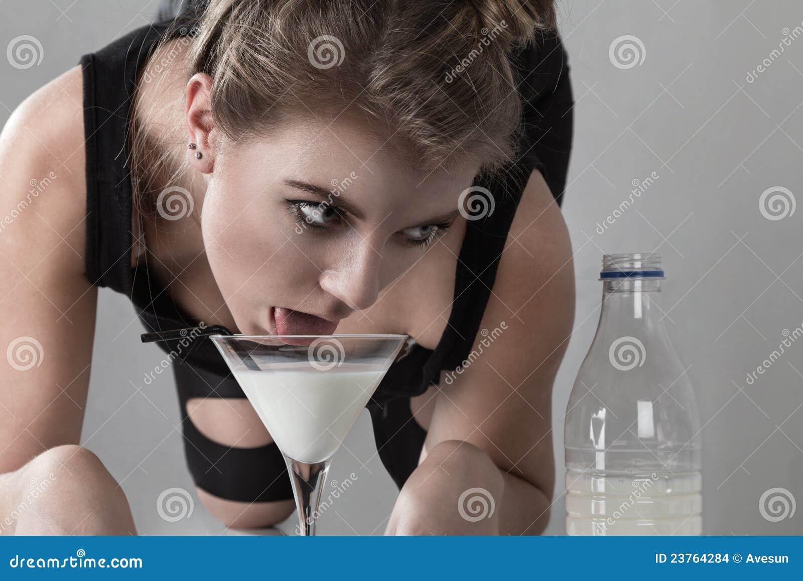 у девушки течет молоко фото