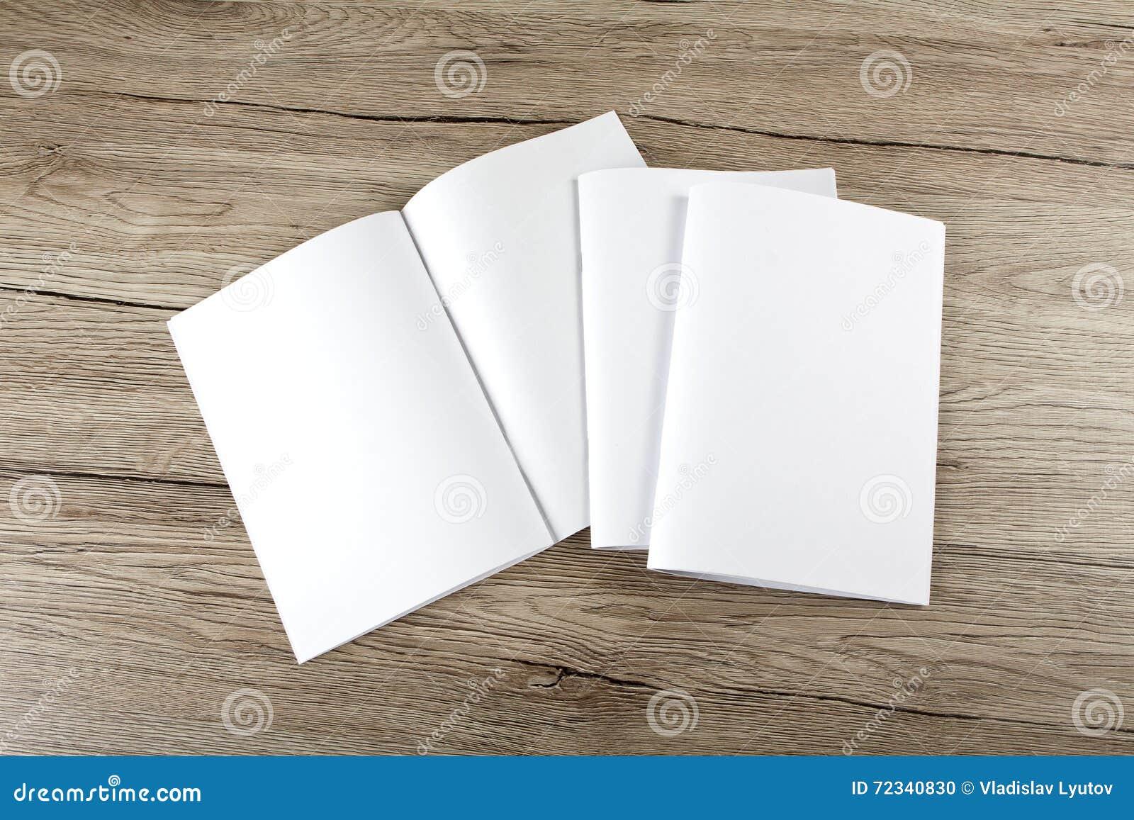 Catalogo in bianco, opuscolo, riviste, libro su fondo di legno