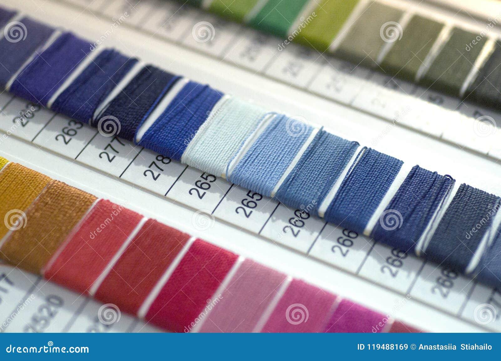 Catalogo dei fili Fili multicolori della mobilia Fondo di industria tessile con vago Macro, concetto di progettazione
