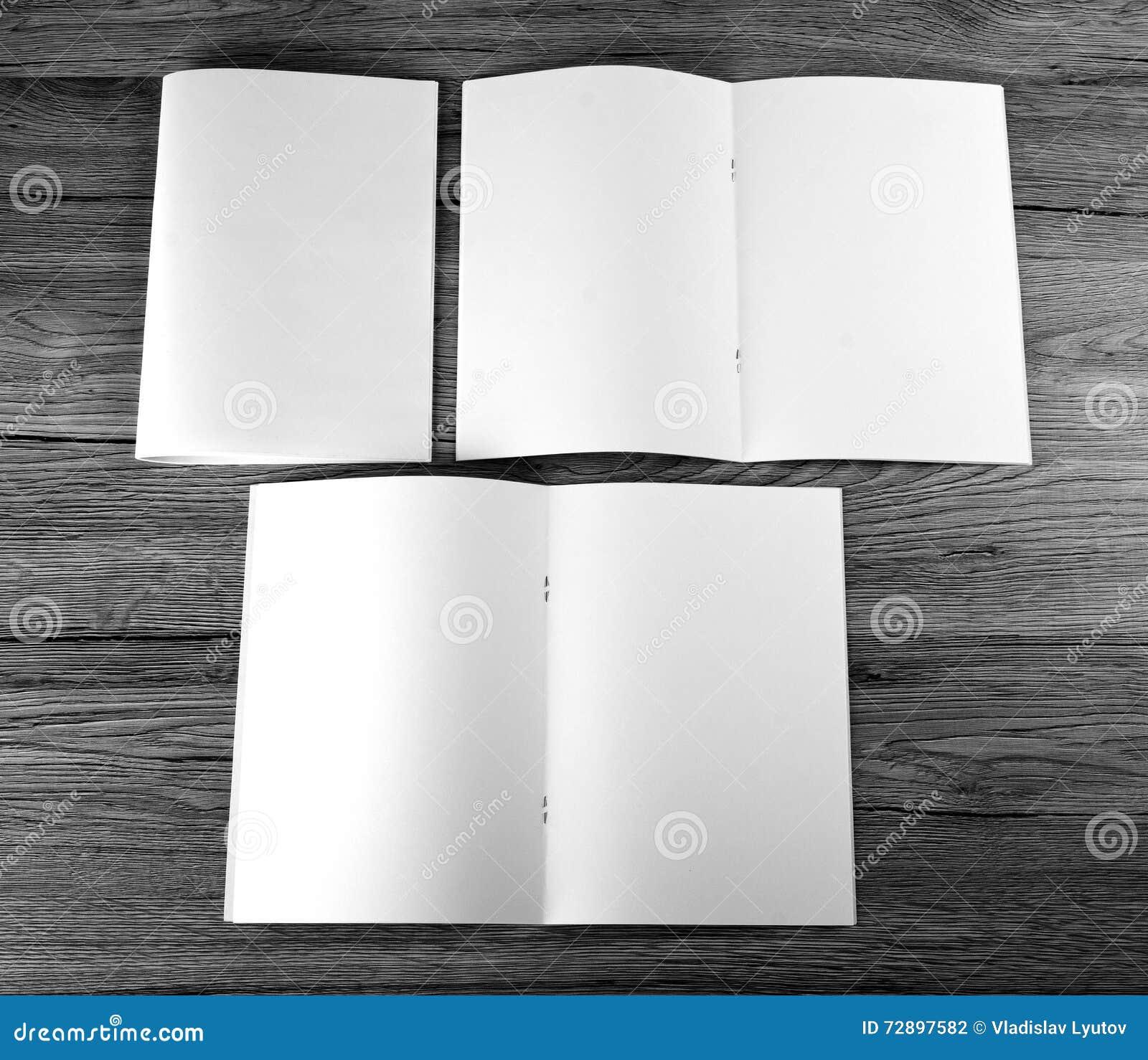 Catalogue vide, brochure, magazines, livre sur le fond en bois