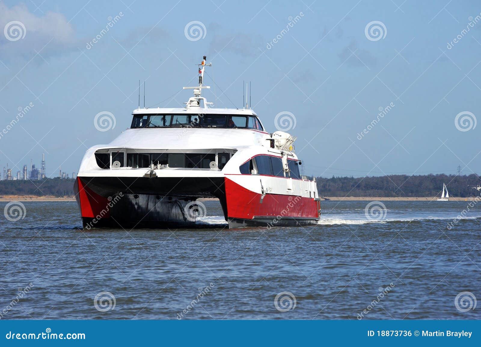 Catamarán rápido en el Solent