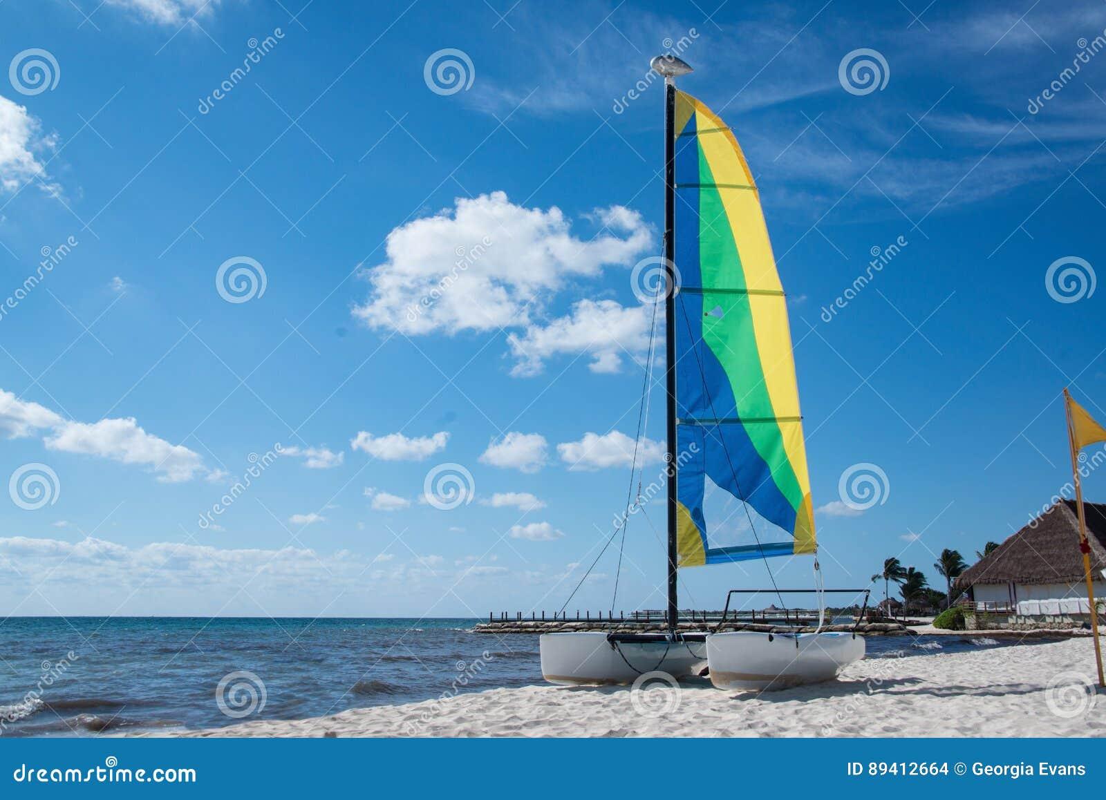 Catamarã do veleiro no Sandy Beach