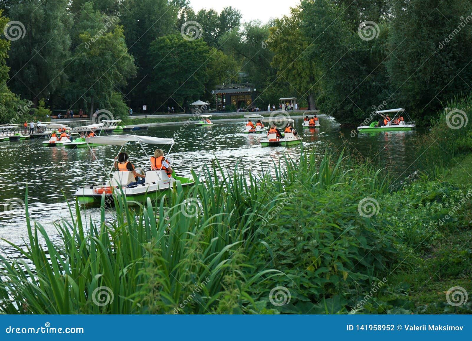 Catamaran jazda w jeziorze miasto park
