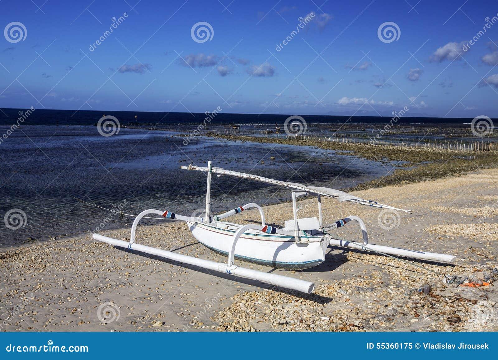 Catamarani delle industrie della pesca sulla spiaggia, Nusa Penida, Indonesia