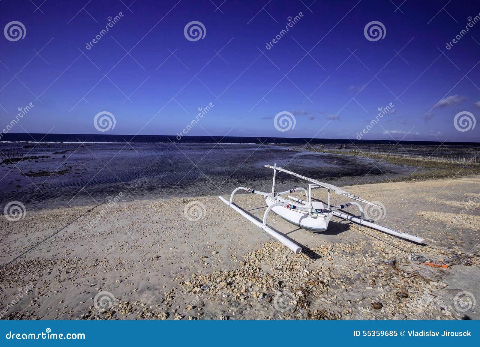 Catamarano solo sulla costa, Nusa Penida, Indonesia