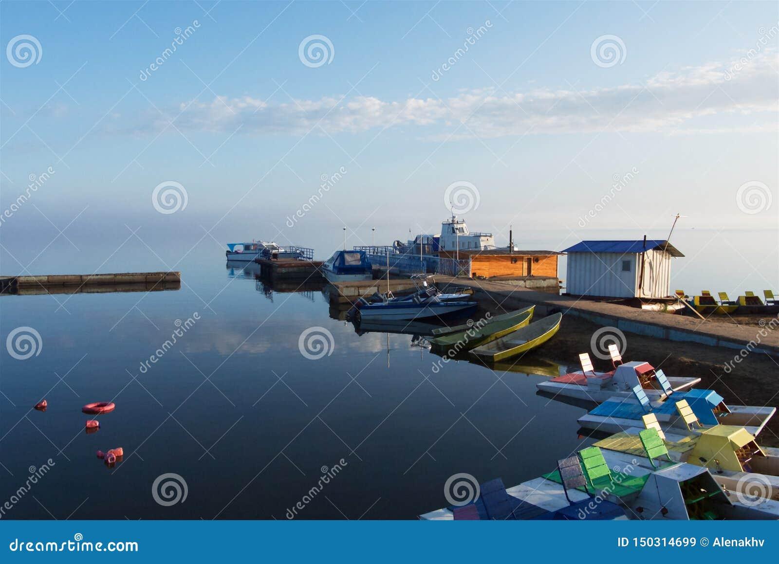 Catamarans et bateaux le matin brumeux sur le lac
