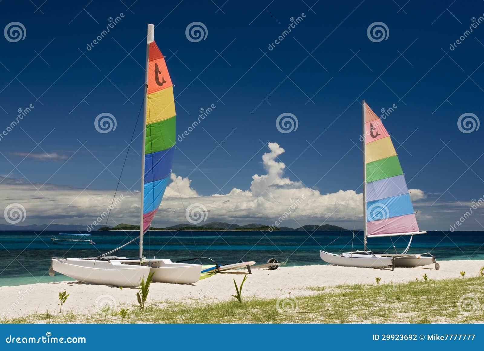 Catamarans op zandig strand, Fiji