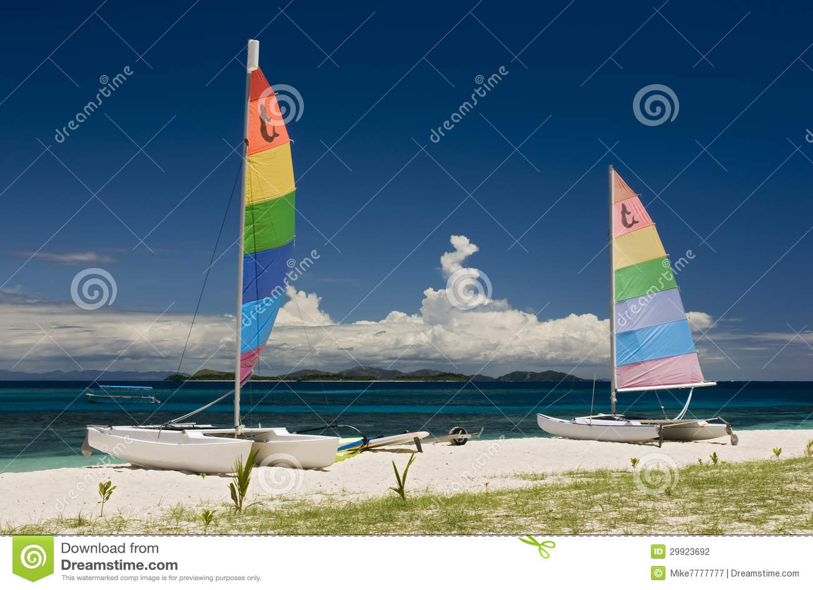 Catamarans på den sandiga stranden, Fiji