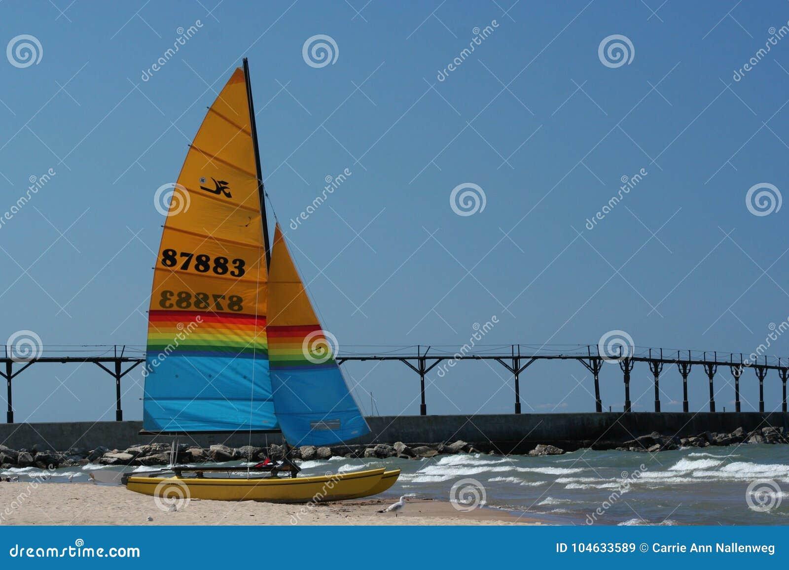 Download Catamaranzitting Op Het Strand Op Meer Michigan In De Stad Van Michigan, Indiana Redactionele Stock Afbeelding - Afbeelding bestaande uit summer, beeld: 104633589