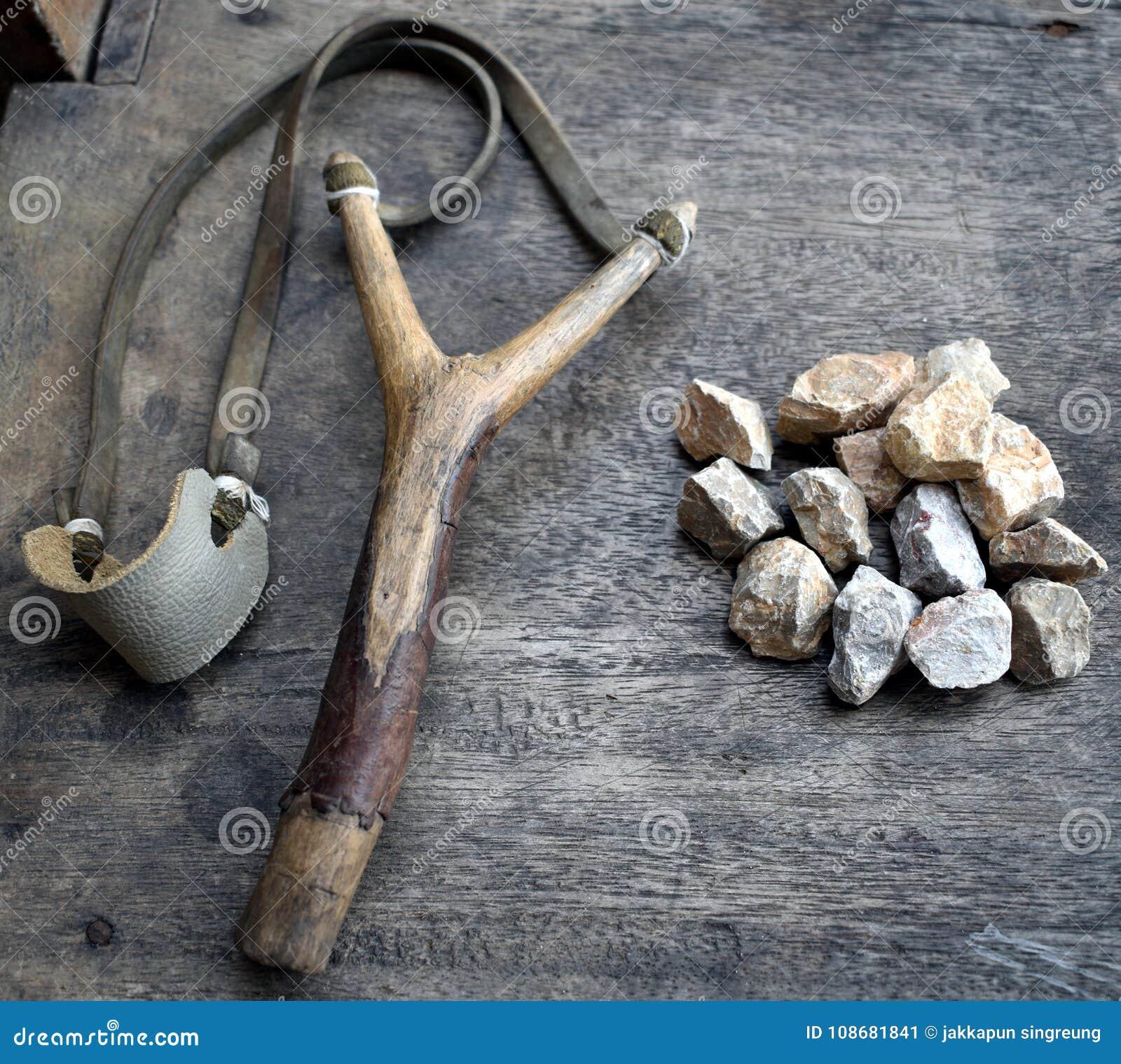 Catapulte avec des pierres sur le fond en bois