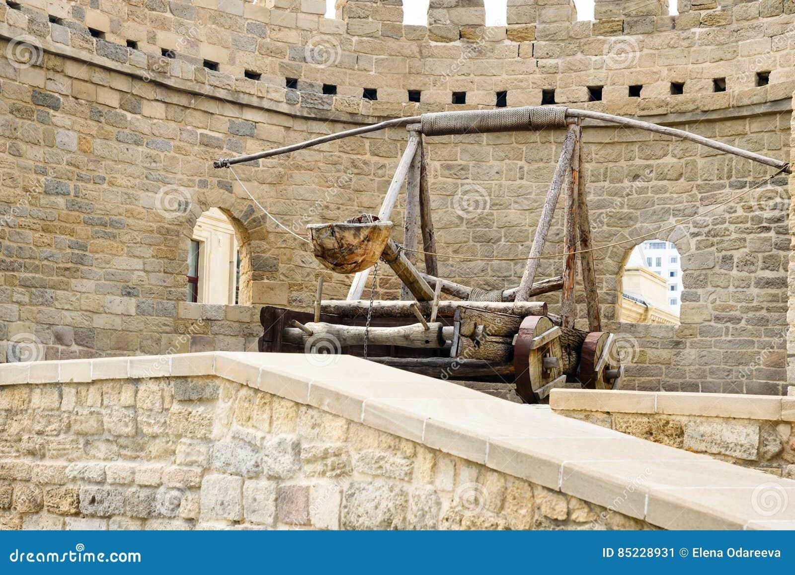 Catapulte médiévale antique à la tour de la forteresse dans la vieille ville, Bakou